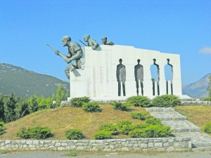 Gedenkstätte bei Distomo (Griechenland), zur Erinnerung an die Ermordung von 1.800 Dorfbewohnern durch die SS am 10. Juni 1944.