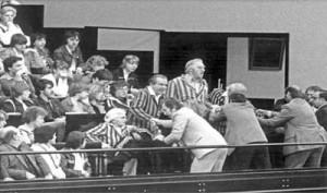3. Juli 1979: Bei der Debatte um die Verjährung von Naziverbrechen protestieren Mitglieder der VVN-BdA in ihrer ehemaligen Häftlingskleidung auf der Zuschauertribüne des Bundestages