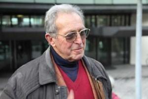 Enrico Pieri bei der Übergabe der Beschwerde vor der Türe bei der Generalstaatsanwaltschaft in Stuttgart.