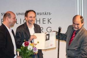 Dr. Axel Holz und Thomas Willms von der VVN-BdA bei der Preisverleihung. Rechts: Dr. Detlef Garbe