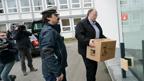 Ein Kurier liefert den NPD Verbotsantrag beim Verfassungsgericht in Karlsruhe ab (Foto: dpa).