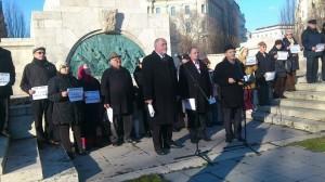 Tibor Szanyi (Listen-Kandidat der SozPartei für das Europaparlament) und Vilmos Hanti am 69. Jahrestag der Befreiung Budapests im Februar 2014 am russischen Befreiungdenkmal. Auf den Schildern steht: Wir brauchen kein Nazi-Monument!