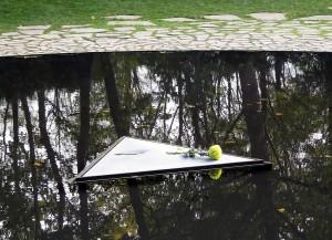 Brunnenmitte mit Stein und frischer Blume, das Dreieck soll an den KZ-Winkel erinnern. Foto: Asio otus