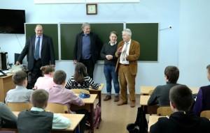 Wolfgang Gehrcke und Andrej Hunko besuchen in Tagangrog im Flüchtlingslager für Menschen aus Donbass eine Schule. Foto: Die Linke