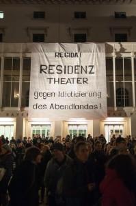 Transparent an der Fassade des Münchner Residenztheaters bei der großen Anti-Pegida-Manifestation im Dezember(siehe auch Seite 6). Foto: Sebastian Gabriel