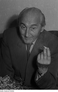 Edgar Bennert (Foto von 1951) gehörte zusammen mit seinem Bremer Freund Max Burghardt zum Schauspielensemble des Bremer Stadttheaters und war von 1928 bis 1933 Chefredakteur der Bremer Arbeiterzeitung, der Tageszeitung des KPD-Bezirks Nordwest. Als solcher wurde er schon vor 1933 mehrfach mit Prozessen überzogen und verurteilt.