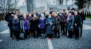 Angehörige ehemaliger Opfer aus Deutschland, Belgien, Holland und Norwegen vor dem Museum Foto: Andreas Domma