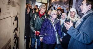 Hans Coppi führt die Angehörigen ehemliger Häftlinge durch die neue Ausstellung. Foto: Andreas Domma