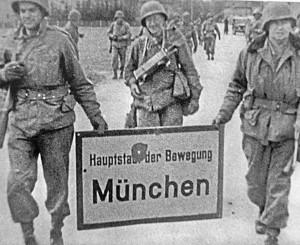 Befreiung Ende April 1945: US-Soldaten entfernen die »Hauptstadt der Bewegung«