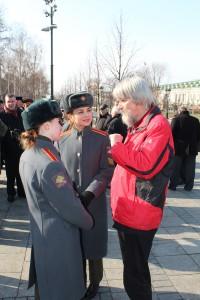 FIR-Generalsekretär Ullrich Schneider vor der Kreml-Mauer mit Dolmetscherinnen des russischen Verteidigungsministeriums