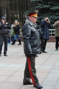Armeegeneral Moissejew bei der Kranzniederlegung vor dem Denkmal der Antihitlerkoalition in Moskau