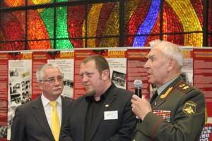 Armeegeneral Moissejew im Gespräch mit belgischen FIR-Vertretern bei der Eröffnung der Ausstellung Europäischer Widerstandskampf gegen den Nazismus in Moskau