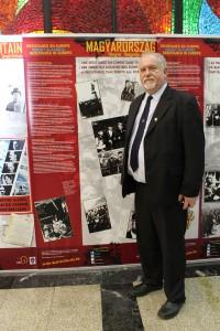 FIR-Präsident Vilmos Hanty vor der ungarischen Ländertafel der Ausstellung Europäischer Widerstandskampf gegen den Nazismus in Moskau
