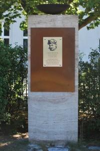 Am 2. Juli wurde im Brandenburger Hennigsdorf aus Anlass des 120. Geburtstages von Hans Beimler ein Gedenkstein für ihn wieder eingeweiht. Die Initiative dafür ging von einem SPD-Stadtverordneten und Betriebsrat aus und war vom DGB aufgenommen worden.  Foto W. Girod