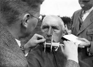 ca. 1941, Überprüfung eines Mannes durch NS Eugeniker