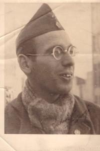 Zu dem Foto schreibt Detsinyi: »Ich schicke dir das Original-Foto von mir als Sanitäter in Spanien. Mein Gesicht ist glatt rasiert und ich trage eine Kappe mit zwei Zeichen, einen roten Stern über einem Roten Kreuz. Es ist eine exakte Wiedergabe von mir als ein sehr junger Mann, der in den Internationalen Brigaden in Spanien kämpft. Es wurde Anfang 1937 in der Stadt Albacete gemacht. Don Quijote kam auch aus dieser Region, der Ritter von der traurigen Gestalt, der mit seiner Lanze gegen die Windmühlen kämpfte und sein Schwert dazu benutzte, den Unterdrückten zu helfen. Wir von den Internationalen Brigaden liebten auch die Freiheit.« »Und so sehe ich heute (1988) aus.«