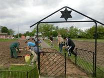 Schüler des Gymnasialen Schulzentrums Stralendorf führen Pflegearbeiten durch, Frühjahr 2015 [MGW]