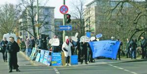 Kreativ gegen die AfD. Hier in Berlin gegen einen Landesparteitag.