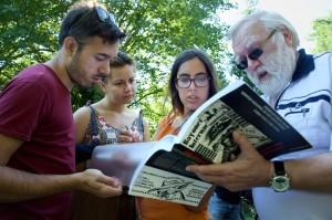 Harald Wittstock, langjähriger Vorsitzender des KFSR, im Gespräch mit Campteilnehmern. Foto: Gabriele Senft.