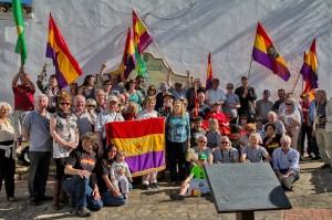 Die Einweihung der Gedenktafel an die XIV BI in Lopera (Andalusien), mit Almudena Cros (Vors. der AABI, vorn links mit Kind), der Bürgermeisterin und Freunden am 9. April 2016