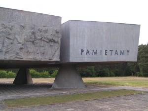 Mitte 1944 wurde Kulmhof kurzzeitig als Vernichtungsort reaktiviert: Das letzte verbliebene jüdische Ghetto im faschistisch besetzten Polen in Łodz sollte »liquidiert« werden. Das Bothmann-Kommando wurde aus Jugoslawien zurückberufen. Um das Waldlager wurde ein Zaun gezogen und zwei Baracken zum Entkleiden aufgestellt, je eine für Männer und Frauen. Zwei Feldkrematorien wurden in Betrieb genommen, zwei Gaswagen trafen ein. Vom 24. Juni bis 15. Juli 1944 wurden noch einmal 7.126 Juden in Kulmhof vergast. Die »restlichen« 68.000 Juden in Łodz wurden im August nach Auschwitz-Birkenau transportiert.