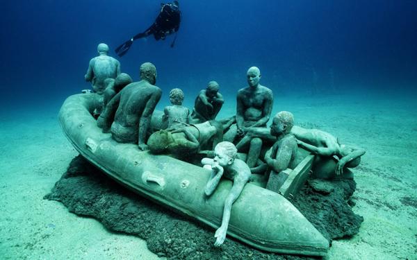 Unterwasser-Skulpturen des britischen Künstlers Jason deCaries Taylor als Denkmal für die Toten im Mittelmeer in einer Bucht vor Las Coloradas (Lanzarote)