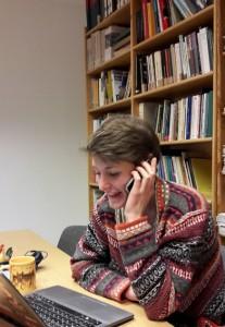 Nora an ihrem Arbeitsplatz, der sich im Bundesbüro der VVN-BdA befindet