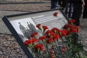 Die Gedenktafel in Buchenwald am Block 8