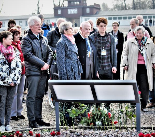 Günter Pappenheim (Mitte), als Jugendlicher selbst Häftling im KZ Buchenwald beim Gedenken am Ort des ehemaligen »Kinderblocks 8«, dessen Insassen die diesjährige Veranstaltung am Befreiungstag gewidmet war. Foto: W. Girod