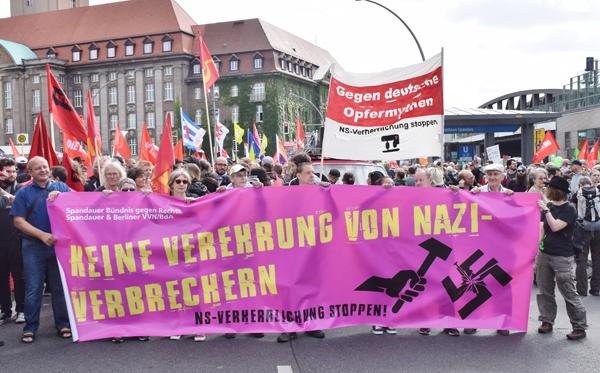 VVN-BdA auf der Großdemonstration in Hamburg gegen den G20 Gipfel. Foto: U. Stephan, r-mediabase