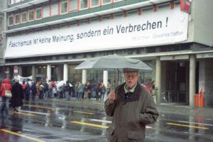 Der Film über Martin Löwenberg (Buch und Regie Petra Gerschner und Michael Backmund, Schnitt Katrin Gebhardt-Seele, Filmmusik Konstantin Wecker, 94 Min., 24,90 Euro) kann über das Büro der VVN-BdA Bayern (lv-bayern@vvn-bda.de) als DVD bezogen werden.