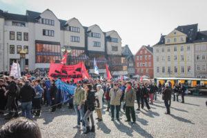 Unser Titelbild: Antifaschistische Demonstration am 25. März 2018 in Wetzlar gegen den NPD-Wahlkampfauftakt. Die Stadt hatte der NPD den Zugang zur Stadthalle verweigert.Foto: ARAG Antifa