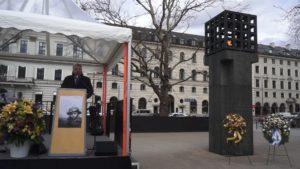 Gedenkstunde am Platz der Opfer des Nationalsozialismus. Oberbürgermeister Dieter Reiter begrüßt die Teilnehmer/innen. Foto: Gerhard Hallermayer