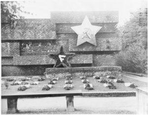 Unser Titelbild: 1924, fünf Jahre nach dem Mord an Rosa Luxemburg und Karl Liebknecht, beschloss die KPD ein Denkmal zu errichten. Beauftragt wurde der Architekt Ludwig Mies van der Rohe. Wilhelm Pieck enthüllte das »Revolutionsdenkmal« am 13. Juni 1926 auf dem Friedhof in Berlin-Lichtenberg. Das Denkmal wurde 1935 von den Nazis zerstört. Quelle: Bundesarchiv