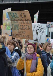 Unser Titelbild: Teilnehmerinnen einer »Fridays for Future«-Demonstration in Berlin, Foto: Gabriele Senft