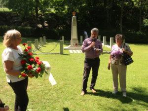 v.l.n.r. Annemarie Zierlinger, Paul Chalupny und Brigitte Höfert am »Russenfriedhof«