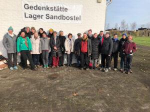 Mitglieder der Lagergemeinschaft Ravensbrück / Freundeskreis in der Gedenkstätte Sandbostel