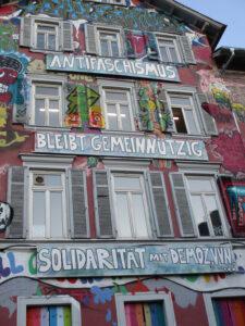 Solidaritätstransparent »Antifaschismus bleibt gemeinnützig« am Epple-Haus in Tübingen. Foto: L.Teidelba