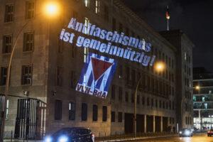 Lichtinstallation am Bundesfinanzministerium in Berlin Ende November 2019. Foto: VVN-BdA