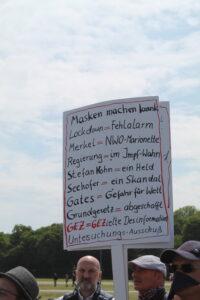 Teilnehmer einer Kundgebung am 16. Mai in München auf der Theresienwiese. Foto: Peter Bierl