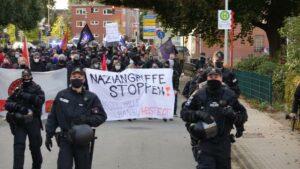Am Tag nach dem rechten Mordversuch zogen rund 300 Antifaschist*innen durch Henstedt-Ulzburg. Foto: Antifa Kiel