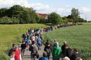 Im Mai 2020, ein Jahr nach dem antiziganistischen Angriff, erinnerten in Dellmensingen rund 150 Menschen an die Tat und nahmen an einem »Spaziergang gegen Fremdenfeindlichkeit« teil. Foto: Indymedia