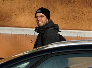 Bild: Sebastian Thom kurz vor der Festnahme beim Stecken von Flyern des Dritten Wegs in Berlin. Foto: Indymedia