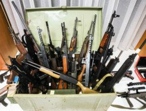 Die in Österreich beschlagnahmten Waffen, mit denen eine rechte Miliz in der Bundesrepublik aufgebaut werden sollte. Unklar ist, wie weit die Miliz-Pläne gediehen waren. Foto: Screenshot Pressekonferenz LPD/Wien