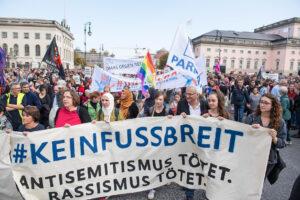 Solidarität mit den Opfern des Anschlags am 9. Oktober 2019 in Halle: Mehr als 7000 Menschen beteiligen sich wenige Tage später in Berlin an einer Demonstration des #unteilbar-Bündnisses. Foto: christian-ditsch.de