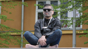Ken Jebsen meditiert bei »Hygiene-Demo« in Berlin. Foto: RechercheNetzwerk.Berlin
