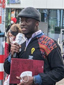 Alassa Mfouapon auf einer Kundgebung. Foto: Ralf Bogen