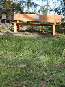 Im April 2021 aufgestellte Parkbank zur Erinnerung an Friedrich Maßling im Landratspark in Bad Segeberg. Foto: Bad Segeberg bleibt bunt
