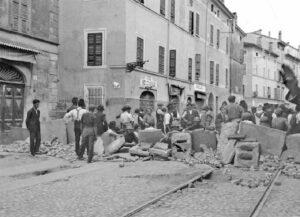 Barrikade im August 1922 im italienischen Parma zur Verteidigung der Stadt gegen die faschistischen »Schwarzhemden«. Daran war auch die im Sommer des Vorjahres gegründete militante antifaschistische Gruppe Arditi del Popolo beteiligt (Siehe Seite 20). Foto: Archivio Amoretti/Parma
